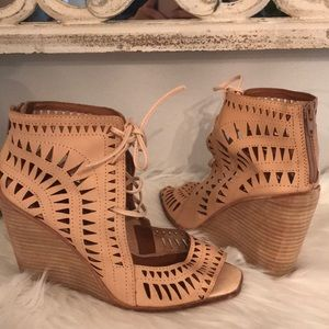 GREAT COND JEFFREY CAMBELL WEDGE TAN SZ 8.5
